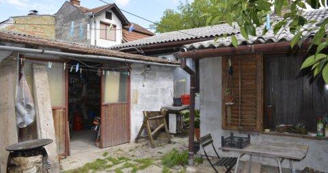 Teslino naselje,Kuća